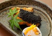 ゴマと味噌で秋の味覚を何十倍にも楽しめる♪手軽にできる鮭料理