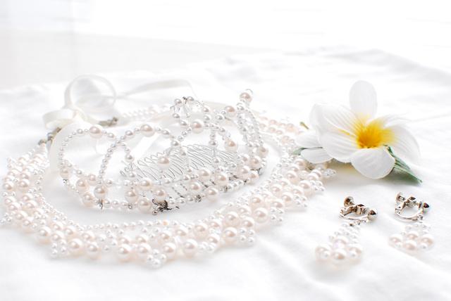 ドレスにあわせてコーディネート!結婚式の基本の花嫁アクセサリー