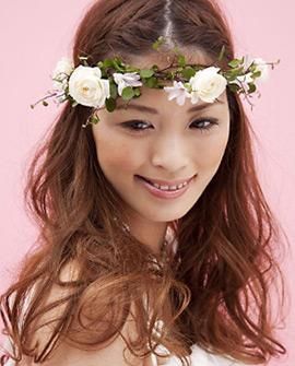 バラや野花をあしらったヘアドレス