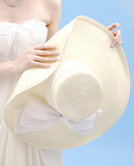 つば広帽の麦わら帽子をブーケがわりに