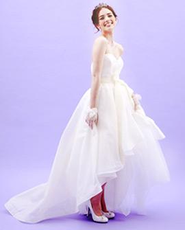 アシンメトリーな裾デザインが上品にみえる姫ドレス