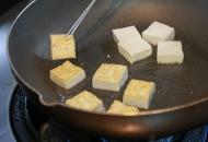 島豆腐を炒める