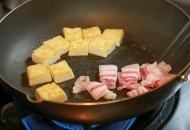 豚肉をフライパンに加える