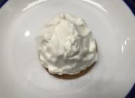 パンケーキにホイップクリームを塗る