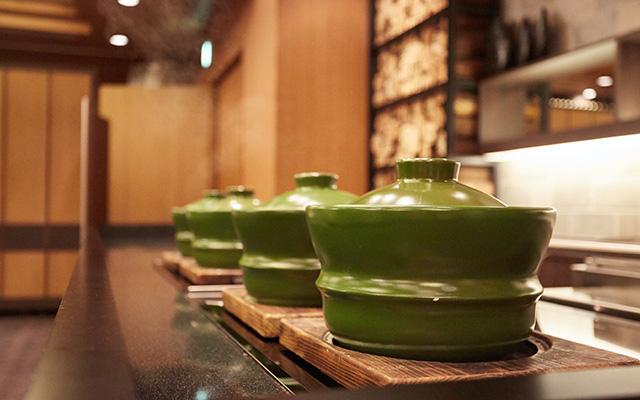 中央のキッチンで炊き上げられる土鍋ごはん