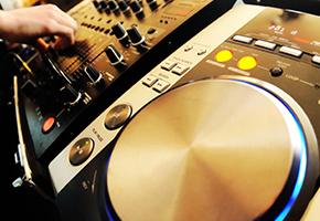 DJプレイで会場をクラブのような個性的な雰囲気に!