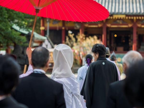 凛とした空気感の中行われる神社での式。