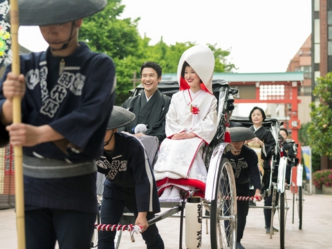 新郎新婦 御両家御両親とともに浅草の街並みを人力車での周遊できる。沿道からの「おめでとう」の嬉しいお声を聴きながら