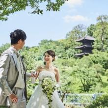 さながら森のような緑広がる日本庭園でのウエディングフォト。