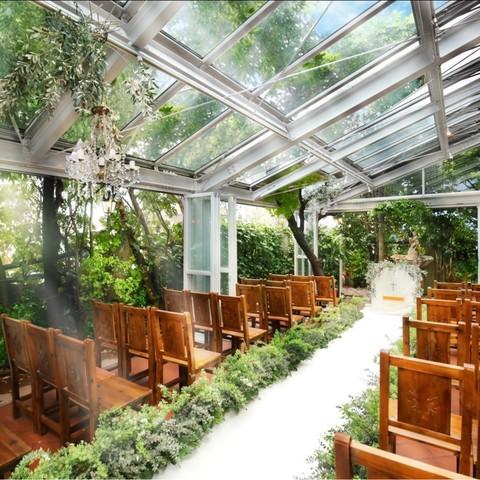 光溢れる全天候型のテラスチャペル。80名様までご着席可能です。