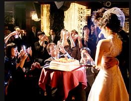 ゲストに囲まれて幸せのケーキカット