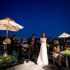 京都の夜景を望む優雅なオープンテラス