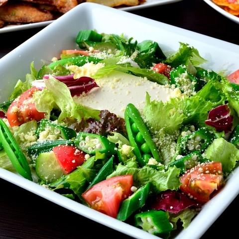 新鮮サラダで料理スタート♪