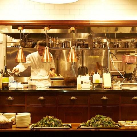 オープンキッチンからは最上の状態でお料理をお届け!