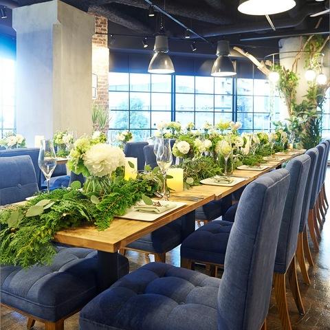 ナチュラルなウッド調とホワイトグリーンの装花が会場を柔らく包み込みます。