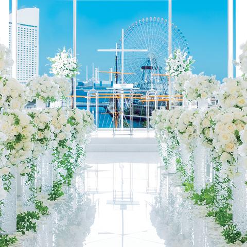 みなとみらいの海と空を背景に、ガラス張りの祭壇から降り注ぐ幸せな光に満ちた「光と海のチャペル」
