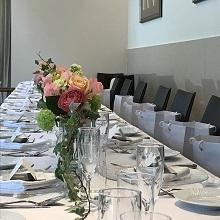 ゲストと食事が楽しめるテーブル