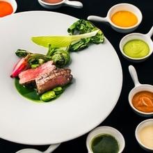 見た目にも美しい鉄人シェフこだわりのお料理でおもてなしを。