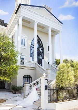 白い大階段が美しいヨーロッパ調の教会