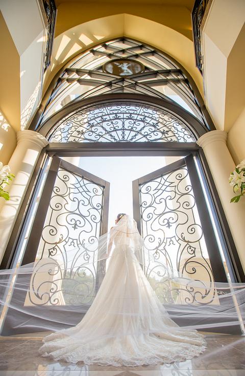 あたたかな光と白いドレスが当日の花嫁を一層輝かせます