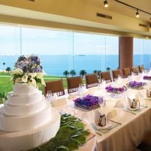 """ホテル """"ルイガンズ""""の最上階に位置し博多湾を一望できます"""