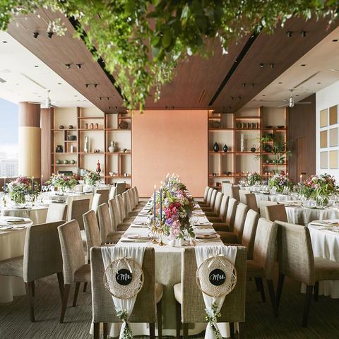 ウッドの温もりと躍動感あるカラーコーディネートの「ザフォレスト」装花でイメージをかえながら専属の空間デコレーターが提案するお二人オリジナルの空間が演出できます。