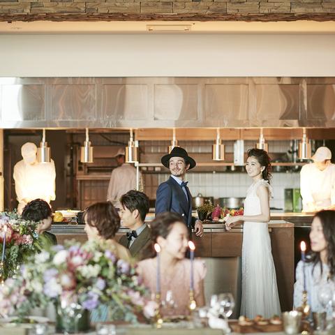 料理と会話を楽しみながら過ごすことができるのはオープンキッチンならでは。ゲストへのおもてなしを重視する大人花嫁に支持される会場。会場開催のフェアからご見学ください。