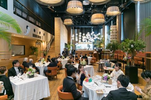 ディティールにこだわった館内は天井高7mの開放感あるレストランです。ふとした一枚の写真も画になります!