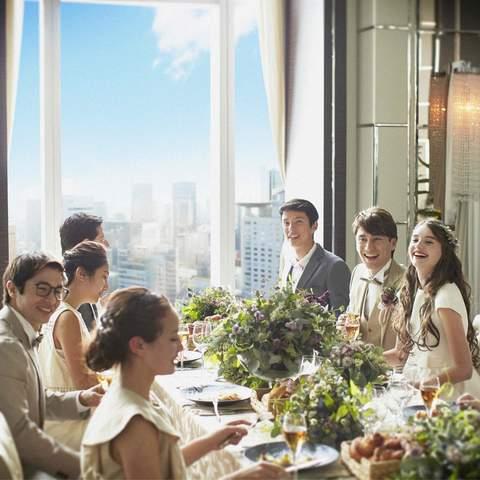 自然光が射し込む開放的な空間では、ゲストと和やかな時間が過ごせる