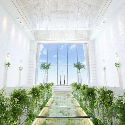 大きな窓から自然光が射し込み、花嫁姿を美しく彩る(天井高8m)