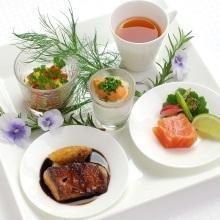 サイフォンで仕上げるスープなどライブ感ある料理が人気