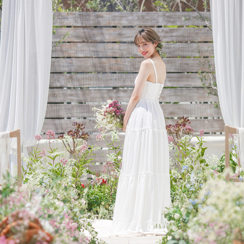 色とりどりの草花は花嫁さんの真っ白なドレスに映える。
