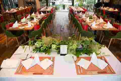 ナイトウエデイング。メインテーブルは大濠公園の背景に。インスタ映えの期待値大