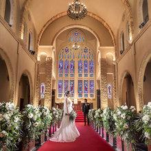 大聖堂のステンドグラスは200年続いた英国の教会からの調度品