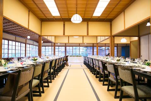 畳に椅子であたたかいアットホームな会食会場「最大90名様」までお入りいただける和の邸宅ウェディング!!