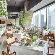 東京駅からの景色を見渡せる、開放的なレストラン