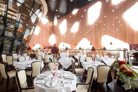 【披露宴会場】メインダイニング自然光が差し込む天高9mの開放的なメインダイニング。90名様までご案内できます
