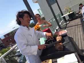 晴れた日には新郎がBBQで肉を焼く演出も!