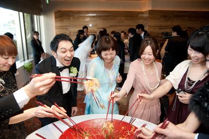 新郎新婦も好きなテーブルに混ざって「ロウヘイ!ロウヘイ!」