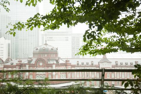 窓の外には、東京駅の赤レンガが見えます