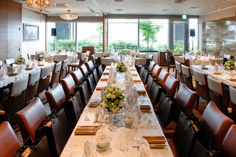 晩餐会の様に、テーブルをつなげてのパーティーも華やかです