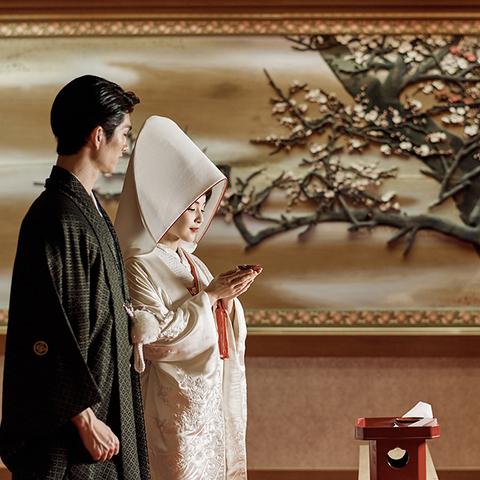 〜格調高い神前式〜 粛々と進められる和のセレモニー。三献の儀・指輪交換・玉串拝礼・祝杯の儀式が行われます。