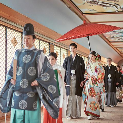 〜花嫁行列〜 参列者と気持ちを一つにする儀式。大切な方々と足並みをそろえ神殿へと伝統工芸品の組子障子から差し込む光の中厳かに進んでいく姿はとても美しいです。