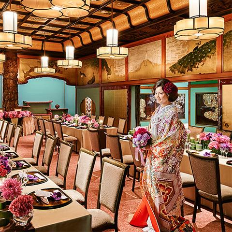 最大50名様まで 伝統美術の薫りあふれる贅沢な空間。天井には色鮮やかな花、欄間には艶やかな孔雀が描かれており、古式ゆかしい宴も和洋折衷スタイルの宴も華やかに演出します。