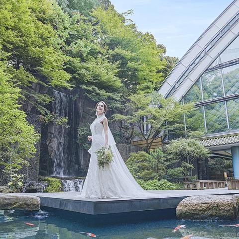 地内には高さ7mの滝があり、池には立身出世の象徴とされる鯉がたくさん泳いでいる。