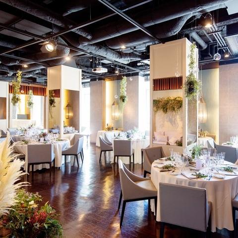 白を基調とした店内は温かな自然光が溢れ、ナチュラルな雰囲気。装花やテーブルコーディネート次第でフォーマルにもカジュアルにも演出可能。