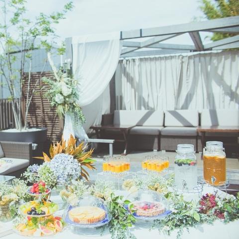 開放感溢れるテラスではデザートブッフェやカクテルパーティなども楽しめます。会費1万円でもワンランク上の大人のウェディングパーティが叶います★