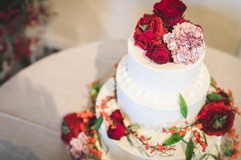 ウェディングケーキはさまざまなデザインが可能。テーマやイメージカラーに合わせたデザインで統一感を