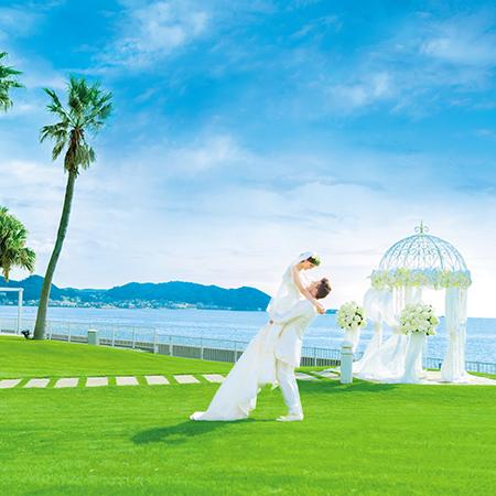 【アクアガーデン】海を目の前に望むガーデンセレモニーも人気。ゲストの前で愛を誓う人前式も大人気。