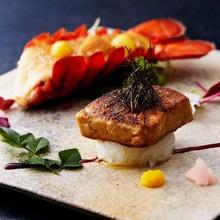 看板メニューのフォアグラのお寿司とオマール海老の雲丹味噌焼き